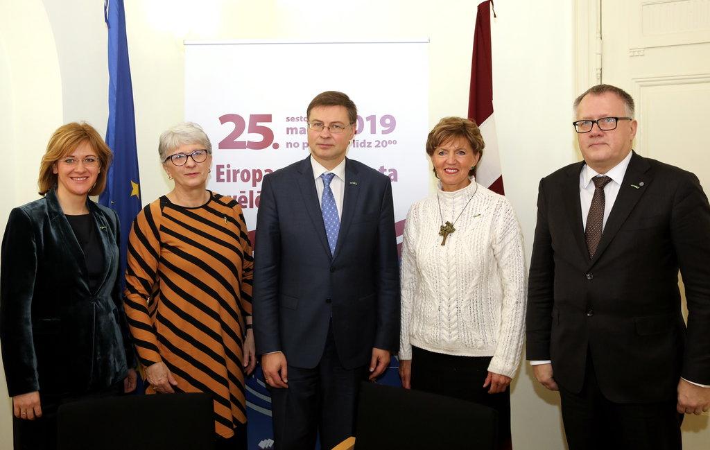 """Partiju apvienības """"Jaunā Vienotība"""" kandidāti Eiropas Parlamenta (EP) vēlēšanām – Latvijas Ārlietu ministrijas parlamentārā sekretāre Zanda Kalniņa-Lukaševica, līdzšinējā EP deputāte Sandra Kalniete, Eiropas Komisijas viceprezidents Valdis Dombrovskis, līdzšinējā EP deputāte Inese Vaidere un partiju apvienības valdes priekšsēdētājs Arvils Ašeradens fotografējas kopbildei pēc kandidātu sarakstu un programmu EP vēlēšanām iesniegšanas Centrālajā vēlēšanu komisijā."""