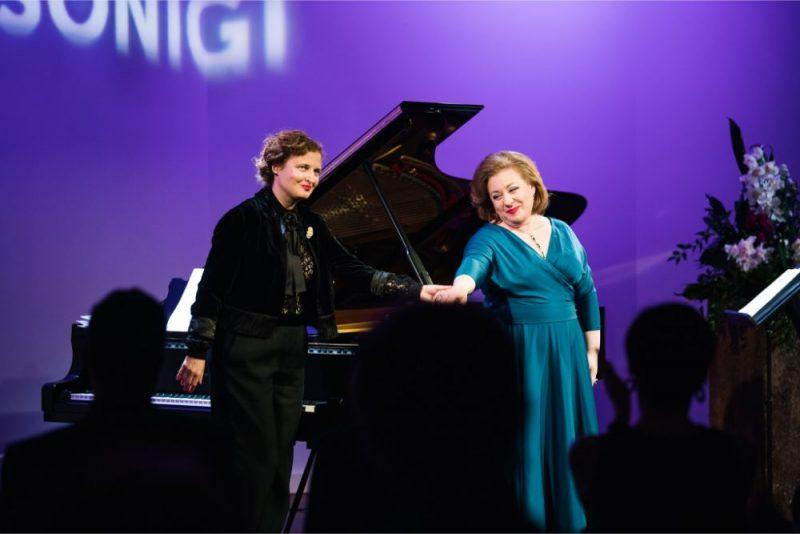 Dziedātāja Inga Kalna un pianiste Diāna Ketlere.