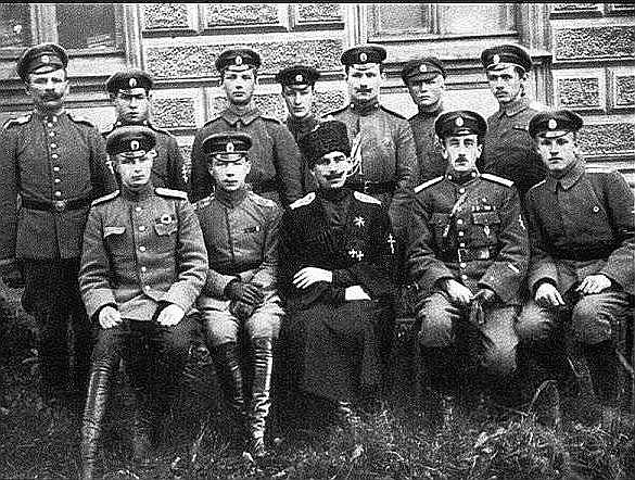 Bermonts savu virsnieku vidū Jelgavā.