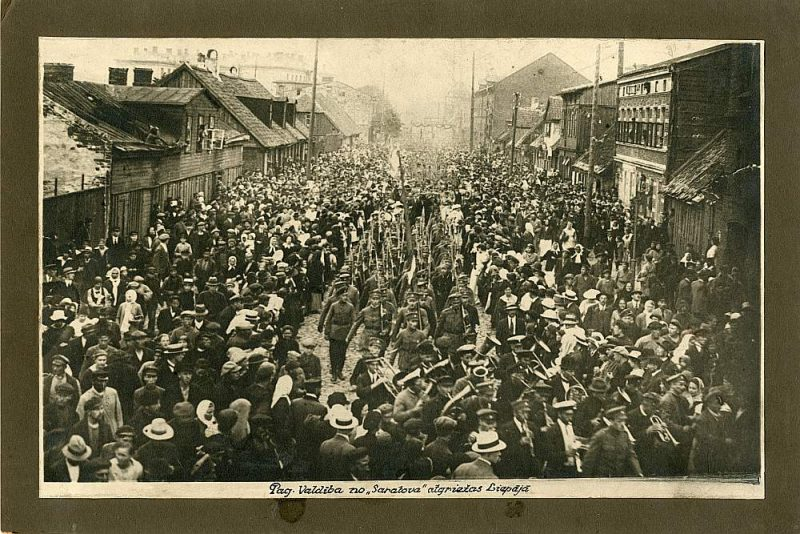 """Latvijas Pagaidu valdības atgriešanās Liepājā no kuģa """"Saratov"""". Gājiens pa Miķeļa (tag. Celtnieku) ielu 1919. gada 27. jūnijā."""