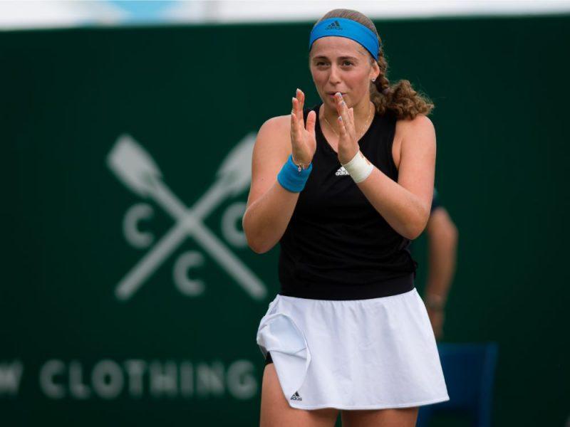 Aļona Ostapenko traumas dēļ nespēja pabeigt Īstbornas turnīra astotdaļfināla cīņu.