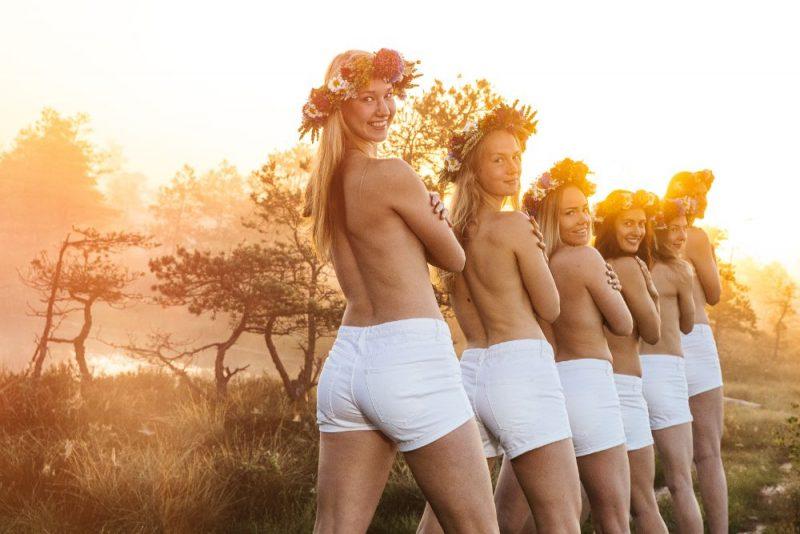 Latvijas sieviešu izlases basketbolistes aicina izbaudīt Līgo nakts burvību.