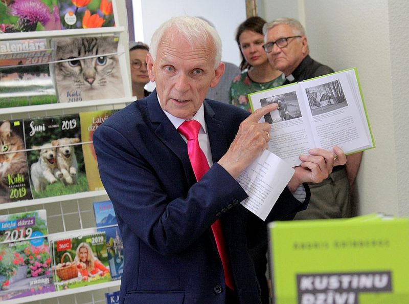 """Grāmatas """"Kustinu dzīvi. 60 gadi žurnālista ceļos un neceļos"""" autors Andris Grīnbergs"""