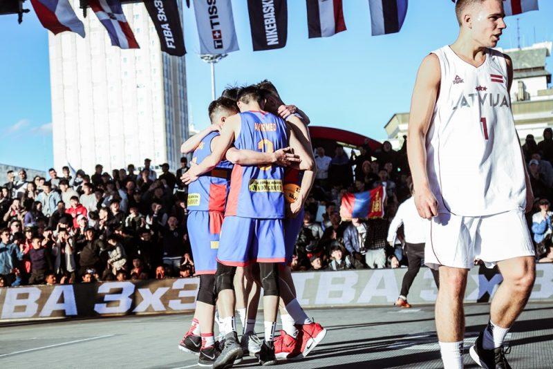 Mongolijas basketbolisti līksmo pēc uzvaras pār Latviju.