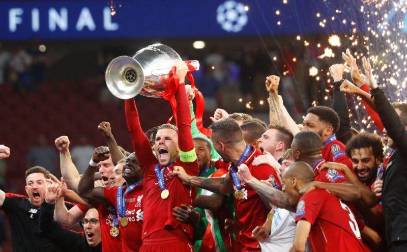"""""""Liverpool"""" futbolisti līksmo – UEFA Čempionu līgas kauss ir viņu."""