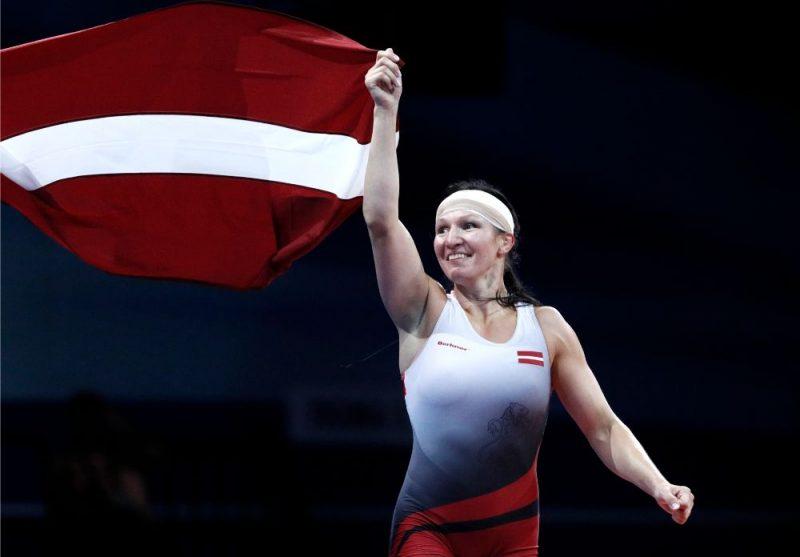 Anastasija Grigorjeva līksmo par Eiropas spēļu zelta medaļu.