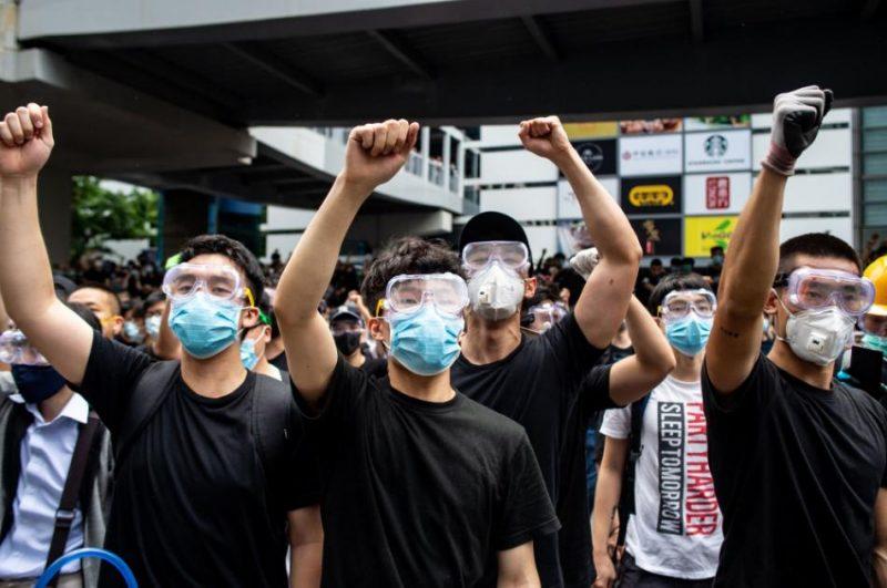Honkongā desmitiem tūkstoši protestēju pret likumprojektu par aizdomās turētu personu izdošanu Ķīnai trešdien paralizējuši pilsētas centru, bloķējot galvenās ielas un parlamentu.