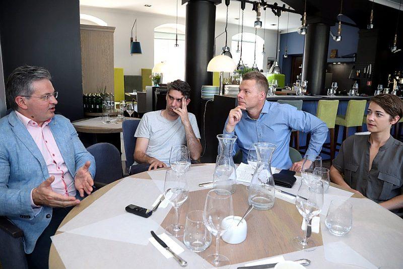"""Diskusijā par restorānu nozares aktuālākajām problēmām piedalījās finanšu ministra padomnieks Ints Dālderis (no kreisās), šefpavārs Mārtiņš Sirmais, Latvijas Restorānu biedrības vadītājs Jānis Jenzis un restorāna """"Kinfield"""" īpašniece Kristīne Rožkalne."""