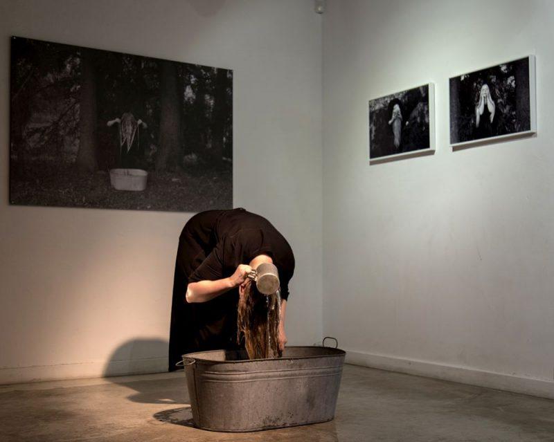 """""""'Mørketid"""" no norvēģu valodas tulkojumā nozīmē """"Polārā nakts"""", ko paši norvēģi dēvē par """"Tumšo laiku"""", tādēļ vēl jo aizraujošāk šķita izvēlētais performances sākums plkst. 23.23. Izstādes atklāšanā Anna Maskava rādīja savu performanci – mazgāja matus vannā, tā simboliski paužot depresijas cikliskumu – tuvojies tam, ka kļūst labāk, taču atkal ieslīgsti mokās…"""