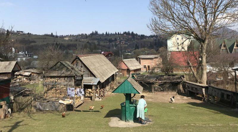Dzīve laukos pavasarī šķiet pašpietiekama un priecīga, naturālā saimniecība te ir optimisma pamats.
