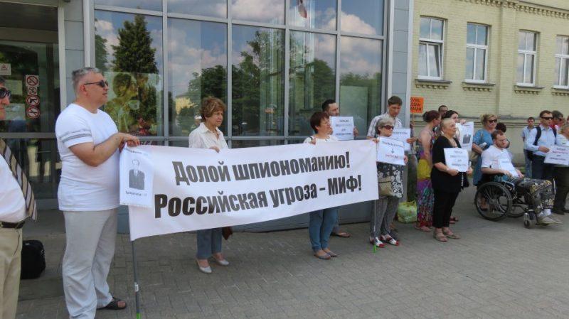 Par spiegošanu Krievijas izlūkdienesta uzdevumā un citiem noziegumiem apsūdzēta bijusī Latvijas Iekšlietu ministrijas (IeM) Informācijas centra amatpersona Oļegs Buraks savu vainu neatzīst.