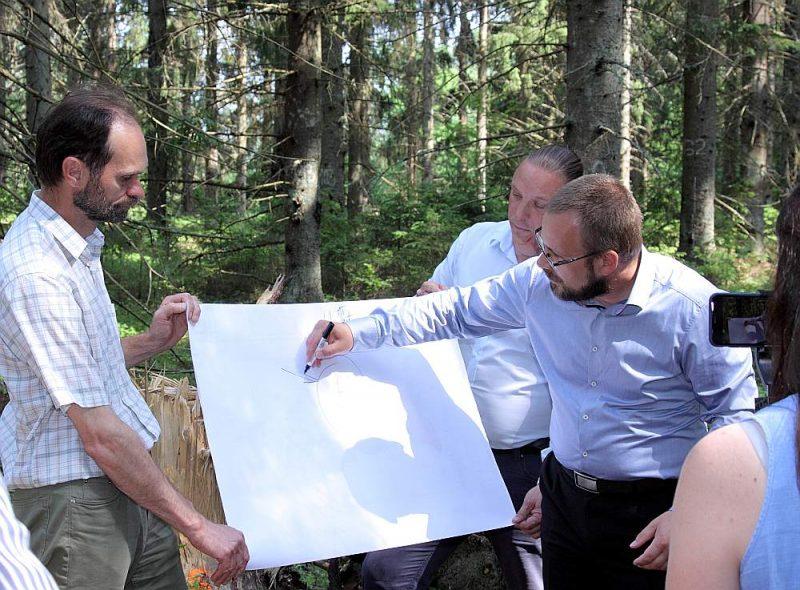"""Ar atziņām, ka reti stādīta egļu audze izaug ātrāk un ir veselīgāka, ministru iepazīstināja vadošie """"Silavas"""" pētnieki Arnis Gailis (no kreisās) un Āris Jansons."""