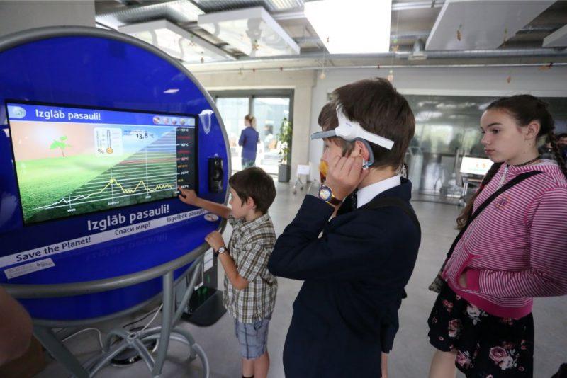 Latvijas Universitātes Akadēmiskā centra Dabas mājā notiek Fizikas gada noslēguma pasākums, kurā var izbaudīt aizraujošus fizikas eksperimentus, prāta asināšanas uzdevumus, kā arī iespēja izveidot savu kustību 3D modeli un daudzas citas atrakcijas, 01.06.2019.