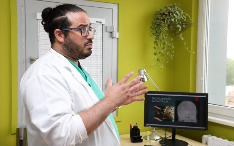Bērnu klīniskās universitātes slimnīcas neiroķirurgs Basels Jakubs Vēbe piedalās jaunās operācijas iekārtas epilepsijas ķirurģijā bērniem prezentācijas pasākumā.