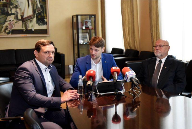 Pie partijām nepiederošie Rīgas domes deputāti Druvis Kleins (no kreisās), Oskars Putniņš un Imants Keišs piedalās preses konferencē, kurā informē par jaunas frakcijas izveidi Rīgas domē.