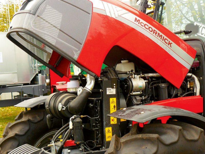Traktoram vai citai pašgājējai mašīnai tiek pievienots vadības bloks, kas ar vadiem un pārejām savienojas (integrējas) esošajā elektrosistēmā.
