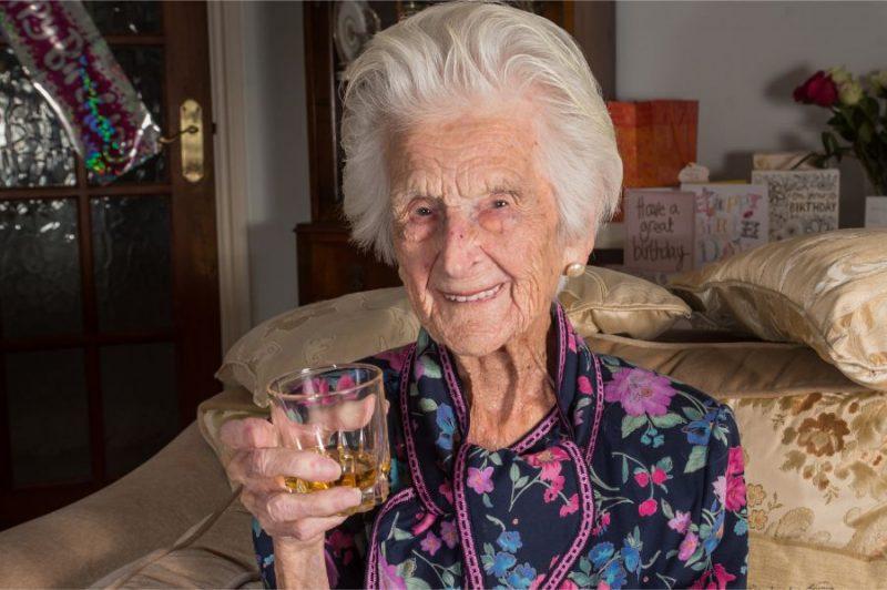 """Greisa atklāja, ka viņas ilgā mūža noslēpums esot """"pilīte"""" viskija pirms miega."""