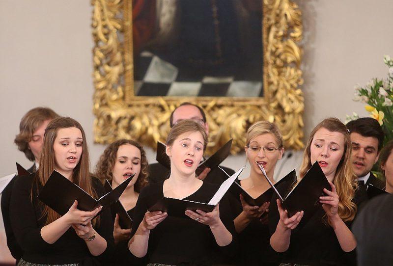 """14. jūnijā plkst. 18 piemiņas koncertā Rīgas Vecajā Sv. Ģertrūdes baznīcā uzstāsies koris """"Sõla"""" diriģenta Kaspara Ādamsona vadībā."""