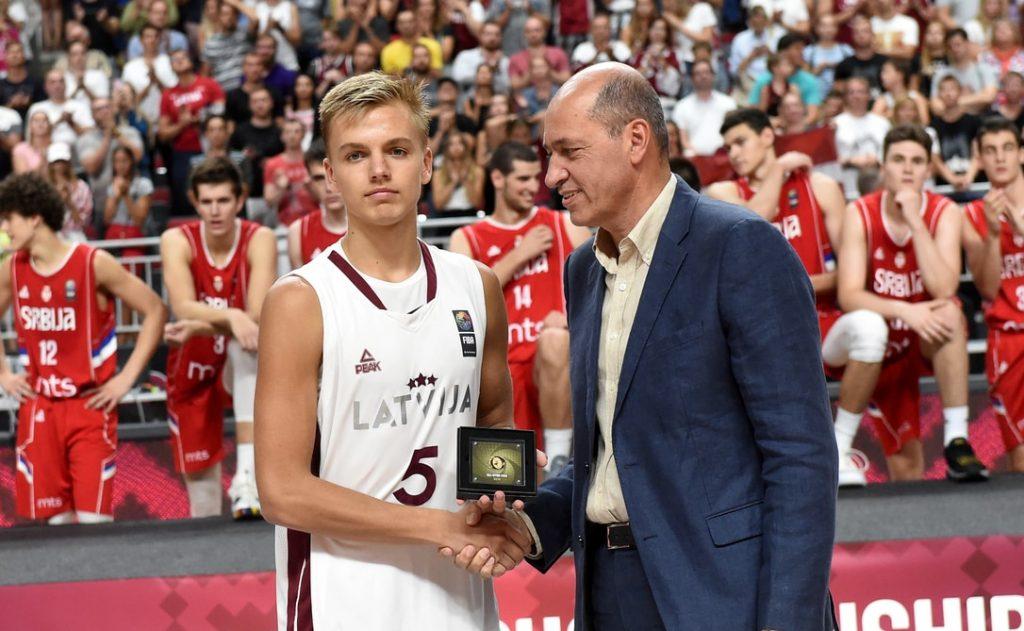 Artūrs Žagars saņem apbalvojumu kā Eiropas U-18 čempionāta simboliskā zvaigžņu piecnieka spēlētājs.