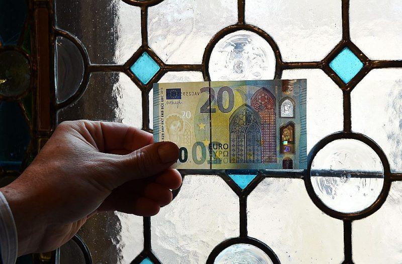 Autovadītājs neatzīst, ka devis policistiem kukuli – 20 eiro naudaszīme starp dokumentiem bijusi aizķērusies nejauši.