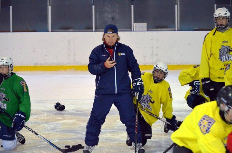 """Andrejs Ignatovičs (vidū) nākamajā sezonā vadīs HK """"Kurbads"""" vīrus."""