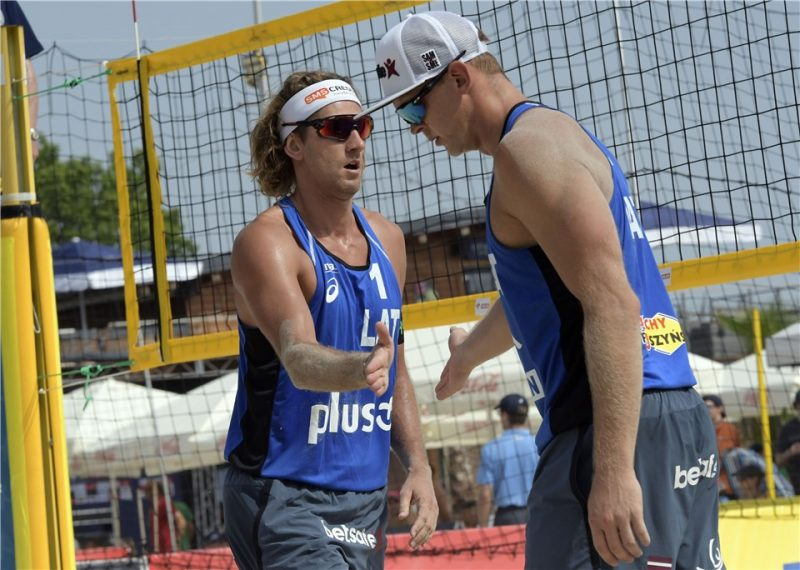 Aleksandram Samoilovam (pa kreisi) un Jānim Šmēdiņam Pasaules kausa finālposmā 17.vieta.