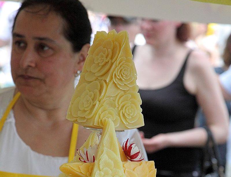 """Nesen notikušajā Siera plašu skaistumkonkursā pirmo vietu ieguva AS """"Limbažu siers"""" siera plate, ko gatavojusi Rīgas Tūrisma un radošās industrijas tehnikuma skolotāja Irina Duvanova."""