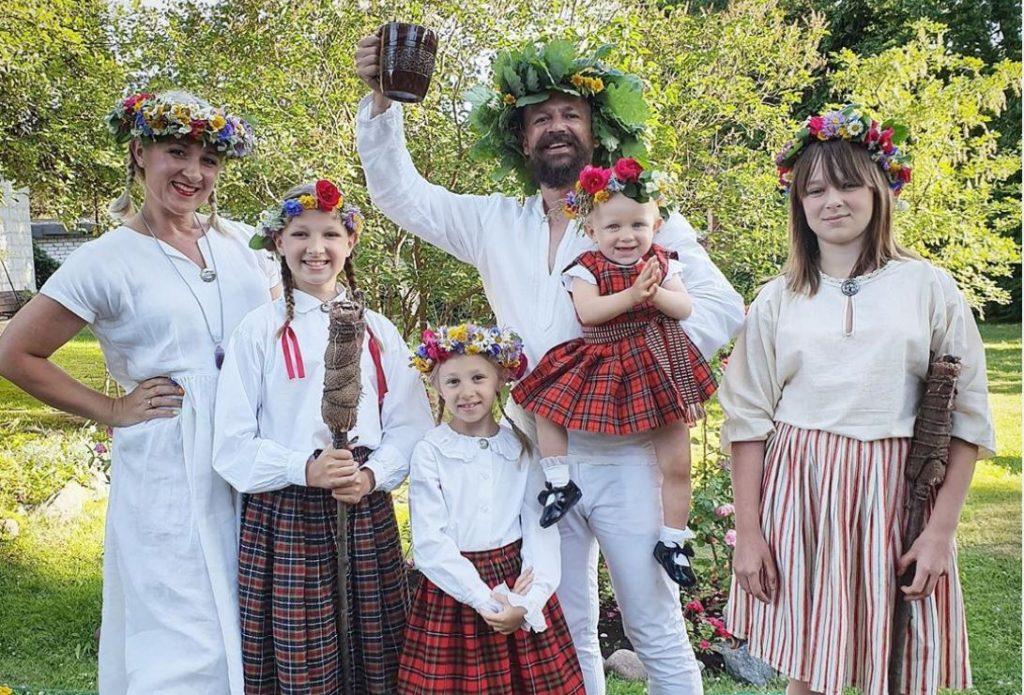 Armands Simsons ar ģimeni atzīmē Līgo svētkus.