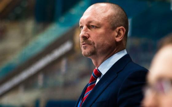 Maksims Sokolovs savulaik bija Krievijas hokeja izlases pirmais vārtsargs, bet tagad ir treneris. Viņa ģimeni piemeklējusi asinis stindzinoša traģēdija.