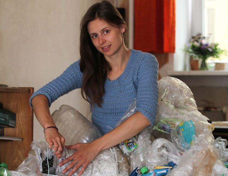 """Sarunu festivālam """"LAMPA"""" Kristiāna veido mākslas objektu no plastmasas atkritumiem, lai atgādinātu, ka aiz katra no mums uz planētas paliek nospiedums."""