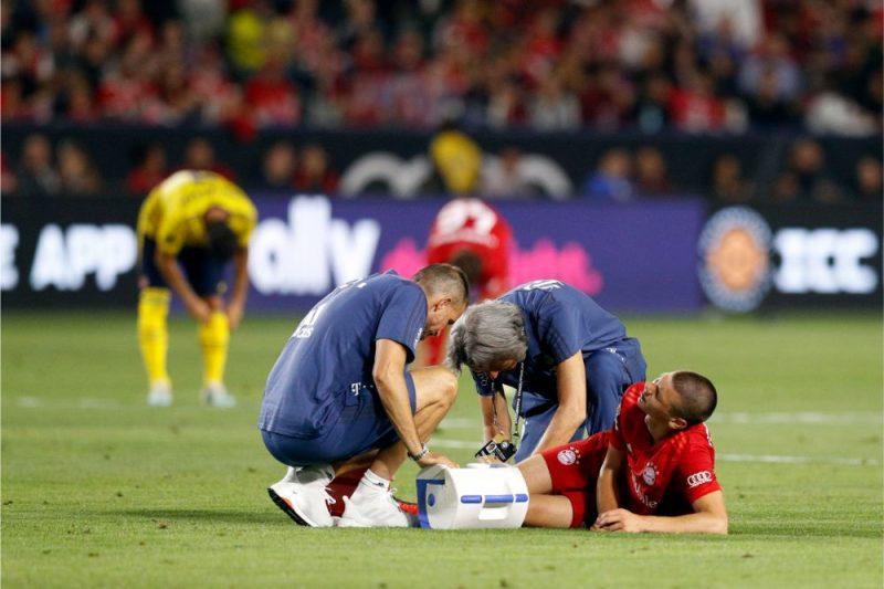 """Minhenes """"Bayern"""" ārsti sniedz pirmo palīdzību traumu guvušajam Danielam Ontužānam."""