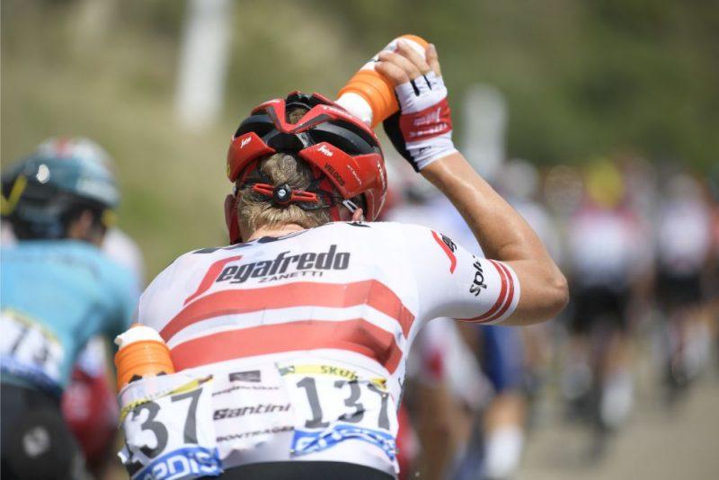 """Toms Skujiņš cenšas atvēsināties ļoti karstā """"Tour de France"""" posmā."""