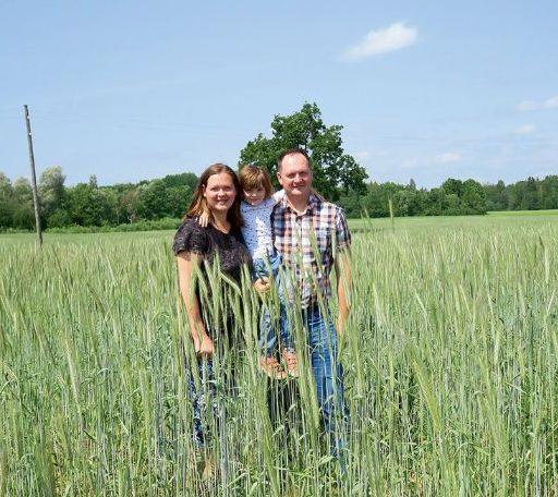 """""""Skujenieku"""" saimniece Alīna Jermacāne ar metiu Rebeku un brāli Raimondu Zelču. Saimnieki iecerējuši savas biosaimniecības attīstīt tik tālu, lai paši varētu pārraudzīt tajās notiekošos procesus."""