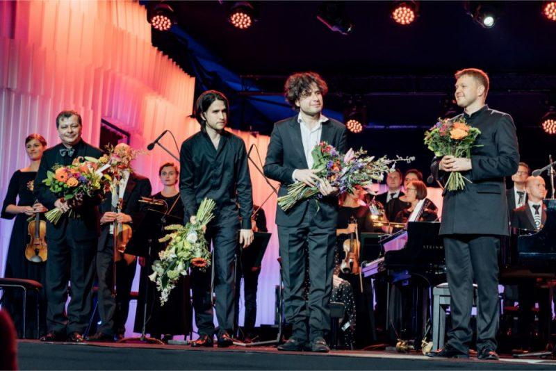 Trīs Osokinu un Sinfonietta Rīga koncerts Dzintru koncertzālē.Sergejs, Georgijs, Andrejs Osokini un Guntis Kuzma.