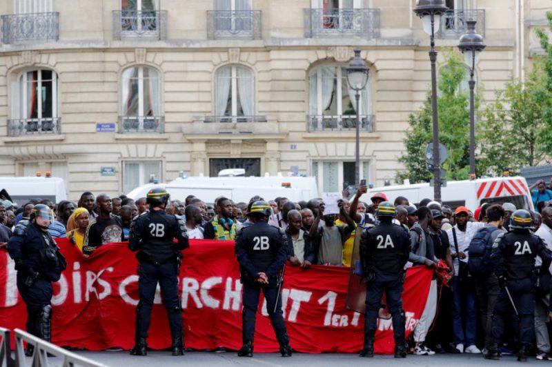 Parīzē nelegālie imigranti ieņem Panteonu