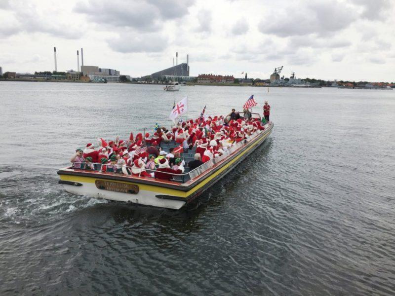 Ziemassvētku vecīši sapulcējās pie Mazās nāriņas statujas Kopenhāgenā, lai dotos izbraucienā ar laivu pa Dānijas galvaspilsētu.