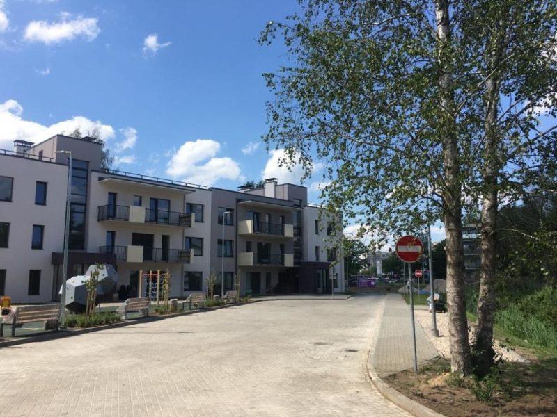 """Ekspluatācijā nodota pirmā no 21 miljona eiro vērtā projekta """"IRIS Shampeteris Apartments"""" daudzdzīvokļu ēkām Šampēterī."""