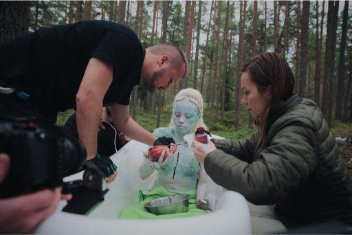 """""""Zinot, ka pasaules arēnā ir maz darbu no Latvijas, it īpaši jau videoklipu, man gribas pierādīt, ka arī tik mazā valstī un tirgū var radīt ļoti kvalitatīvu vizuālo saturu,"""" uzsver Jūlija."""