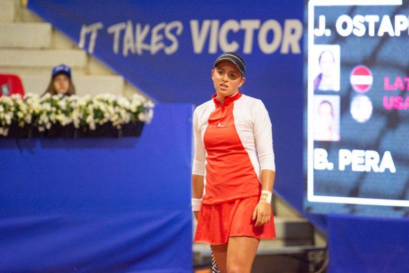 Aļona Ostapenko Jūrmalas turnīra vienspēļu pirmajā mačā bija bezspēcīga pret amerikānieti Bernardu Peru.