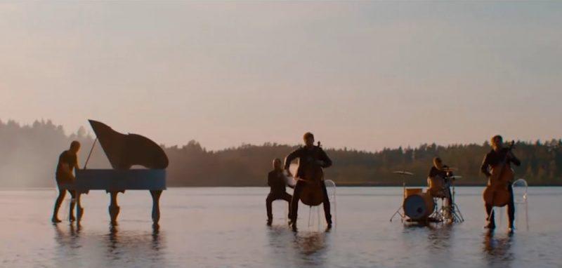 """Grupa """"DaGamba"""" uz peldošās estrādes Viskaļu ezerā."""