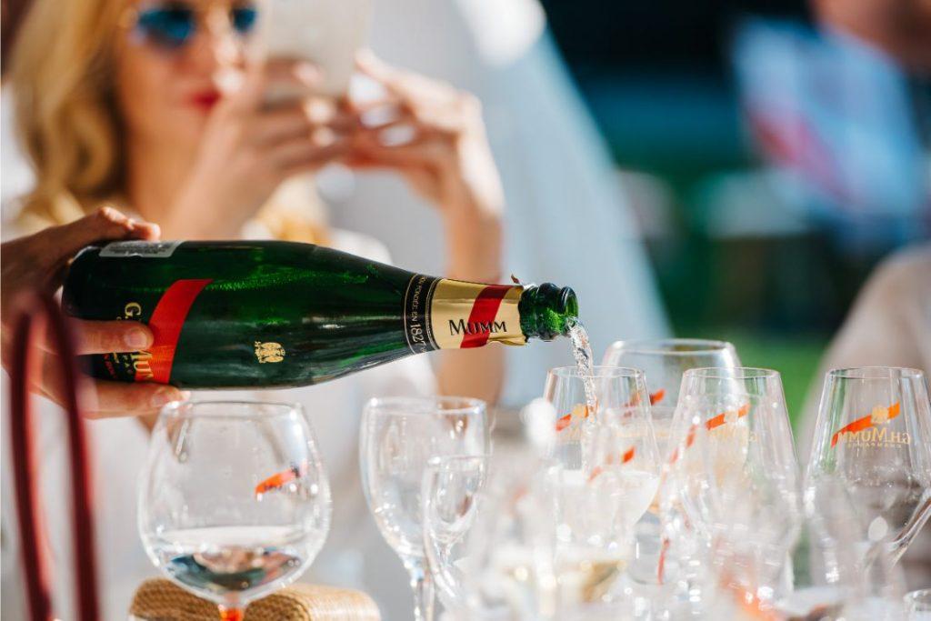 Pašmāju slavenības ballējas ekskluzīva šampanieša ballītē.