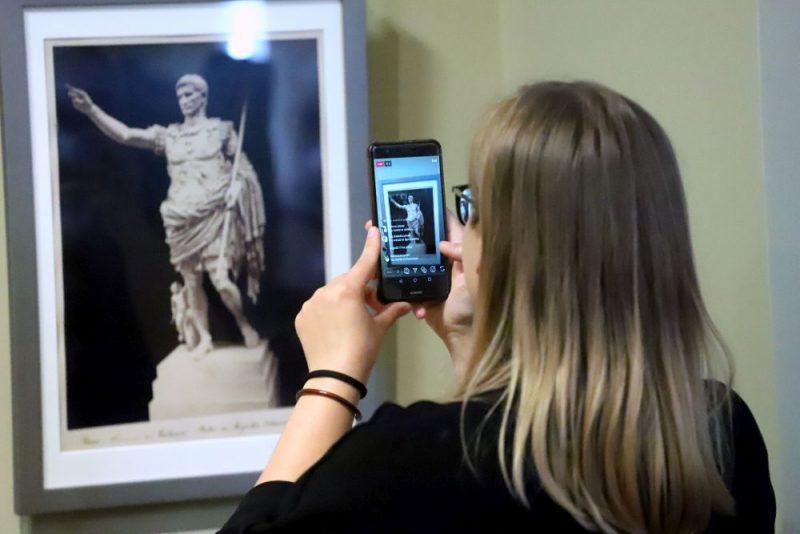 """Izstādes """"Mākslas darbu fotogrāfijas 19. gadsimtā"""" atklāšana muzejā """"Rīgas Birža""""."""