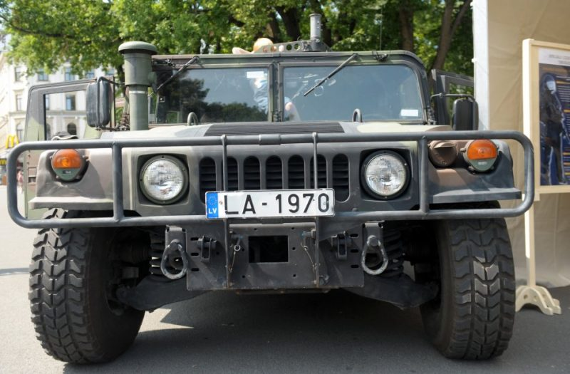 """Armijas automašīna """"Hummer HMMWV"""" Latvijas armijas 94.dzimšanas dienai veltītajā pasākumā laukumā pie Brīvības pieminekļa."""