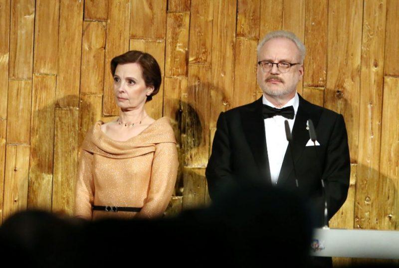 Jaunievēlētais Valsts prezidents Egils Levits ar kundzi Andru Levitu inaugurācijas sarīkojumā Latvijas Nacionālajā bibliotēkā.