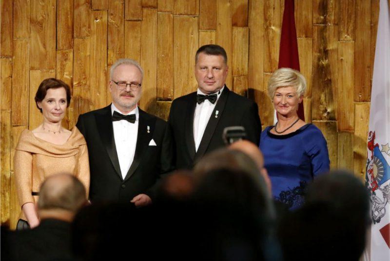 Jaunievēlētais Valsts prezidents Egils Levits ar kundzi Andru Levitu (no kreisās) un Valsts eksprezidents Raimonds Vējonis ar kundzi Ivetu Vējoni inaugurācijas sarīkojuma laikā Latvijas Nacionālajā bibliotēkā.