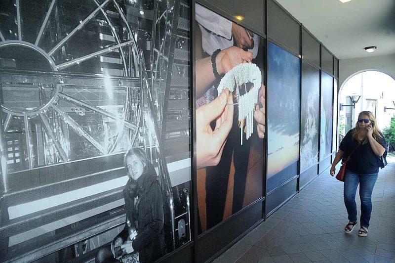 Fotogrāfija šoreiz atrodas it kā nomaļus, galerijas telpu aptumšo fotogrāfiju izdrukām aplīmēti logi.