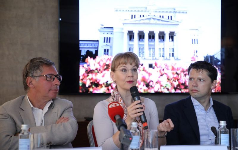 """Festivāla """"Rīga Jūrmala"""" padomes priekšsēdētājs Pjotrs Avens (no kreisās), diriģente Suzanna Melki un vijolnieks Julians Rahlins."""