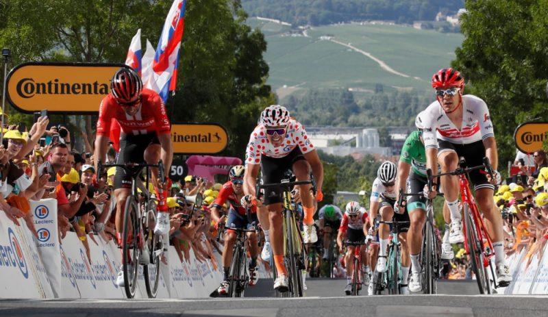 """""""Tour de France"""" 3. posma finišā no kreisās Maikls Metjū, Gregs van Avermāts un Jaspers Stujvens."""
