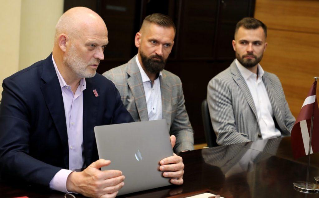 LHF ģenerālsekretārs Viesturs Koziols (no kreisās), LHF sporta direktors Edgars Buncis un LHM mārketinga vadītājs Roberts Pļāvējs.