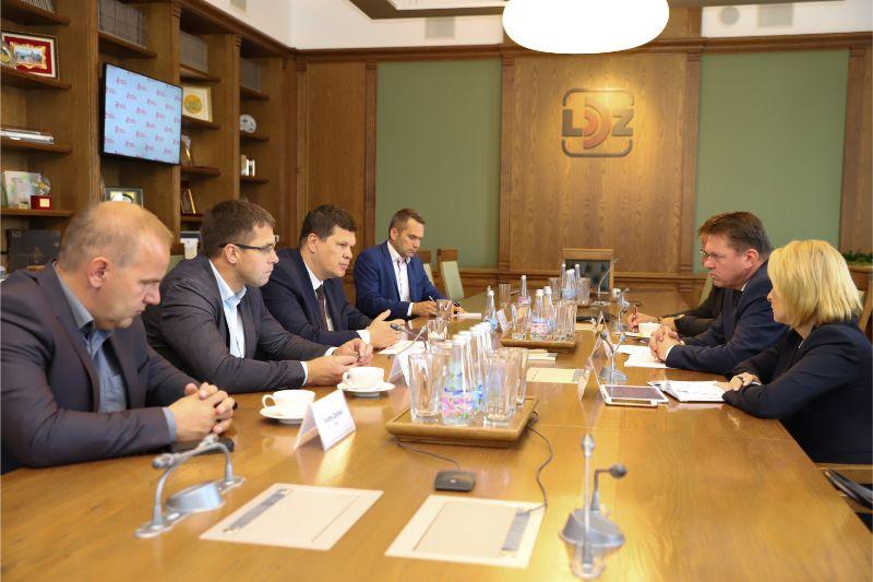 Pie sarunu galda – zemkopības ministrs Kaspars Gerhards, Ldz prezidents Edvīns Bērziņš un graudkopības nozares pārstācji.